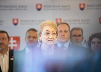 Členka klubu OĽANO a predsedníčka Kresťanskej únie Anna Záborská (v popredí) počas tlačovej konferencie členov klubu OBYČAJNÍ ĽUDIA a nezávislé osobnosti (OĽANO) na tému: Vždy je čas rozhodnúť sa pre život: Podporné opatrenia pre ženy, ktoré zvažujú umelé ukončenie tehotenstva. Bratislava, 19. jún 2020. (foto SITA/Branislav Bibel)