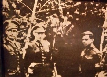 Kpt. Ján Nálepka organizuje Československý partizánsky oddiel. V rade stojaci slovenskí partizáni: Jozef Michalides, Ján Pinter, Ondrej Krčuľa,. máj 1943