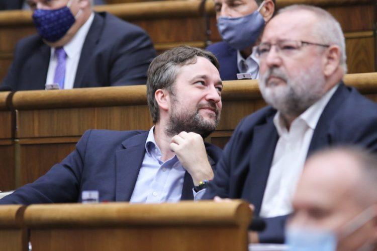 Poslanec parlamentu za stranu SMER - sociálna demokracia Ľuboš Blaha (v popredí vľavo) počas hlasovania v rámci pokračujúceho rokovania 9. schôdze Národnej rady SR. Bratislava, 14. júl 2020 (Foto: SITA/Alexandra Čunderlíková)