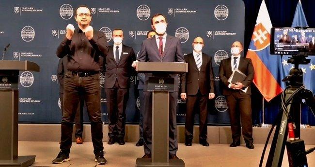Tlačová beseda predstaviteľov ministerstva financií (Foto z videa: facebook.com/ministerstvo.financii.sr)