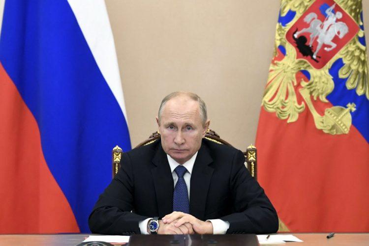 """""""Pokazené vzťahy sa už nedá pokaziť - práve preto, že už sú pokazené. Vážime si každého: aj úradujúceho prezidenta Donalda Trumpa, aj kandidáta na túto funkciu Joea Bidena. Preto s tým nemáme žiadne problémy. Je to čisto formálna stránka celej záležitosti,"""" vysvetlil Vladimir Putin. (Foto: SITA/Alexei Nikolsky, Sputnik, Kremlin Pool Photo via AP)"""