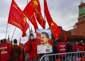 Stalinov portrét na   Červenom námestí v Moskve pri príležitosti 103. výročia Veľkej októbrovej revolúcie (Foto: SITA/AP Photo/Alexander Zemlianichenko)
