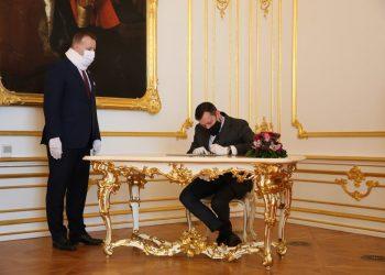 Zľava: Predseda parlamentu Boris Kollár a novovymenovaný špeciálny prokurátor Daniel Lipšic počas podpisu sľubu v rámci slávnostného aktu zloženia sľubu špeciálneho prokurátora Slovenskej republiky do rúk predsedu Národnej rady Slovenskej republiky v reprezentačných priestoroch Bratislavského hradu. Bratislava, 15. február 2021 (Foto: SITA/Kancelária NR SR)