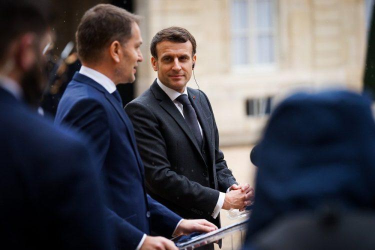 Zľava: Premiér Slovenskej republiky Igor Matovič a prezident Francúzskej republiky Emmanuel Macron počas stretnutia v Elyzejskom paláci v Paríži v rámci oficiálnej návštevy predsedu vlády SR vo Francúzsku. Bratislava, 3. február 2021 (Foto: SITA/Úrad vlády SR)