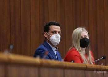 Zľava: Poslanci za hnutie Obyčajní ľudia a nezávislé osobnosti Kristián Čekovský a Anna Andrejuvová  (Foto: SITA/Kancelária Národnej rady SR)