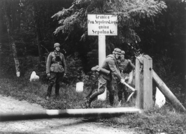 Nemeckí vojaci odstraňujúci bariéry na poľských hraniciach v septembri 1939 (Foto: Canva)