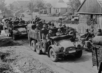 Nemeckí vojaci prekračujú hranice s Rakúskom. Marec 1938 (Foto: Canva)