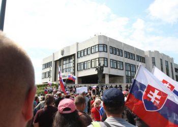 Účastníci počas protestu proti vládnym opatreniam v súvislosti s COVID-19 pred Národnou radou SR. Bratislava, 24. júl 2021 (Foto: SITA/Alexandra Čunderlíková)