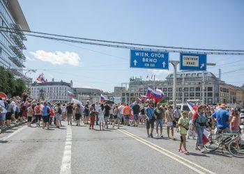 Účastníci počas protestu pred Prezidentským palácom proti novele zákona o verejnom zdraví, ktorá zvýhodňuje zaočkovaných proti ochoreniu COVID-19. Bratislava, 29. júl 2021 (Foto: SITA/Jana Birošová)