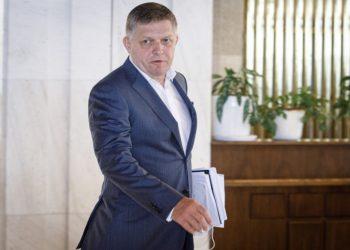 Poslanec parlamentu za stranu Smer - sociálna demokracia Robert Fico odchádza z budovy parlamentu po neotvorení 37. a 38. schôdze Národnej rady SR. Bratislava, 30. august 2021 (Foto: SITA/Branislav Bibel)